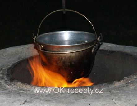 Kotlíkový guláš z vepřového a krůtího masa + foto postup