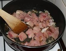 Kuřecí maso a smetanová žampionová omáčka